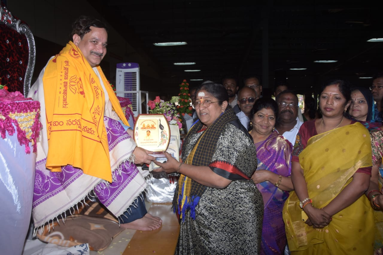Sathguru Dr.Umar Alisha has presented memento to Smt.Jakkampudi Vijay Laxmi, Rajamahendhravaram