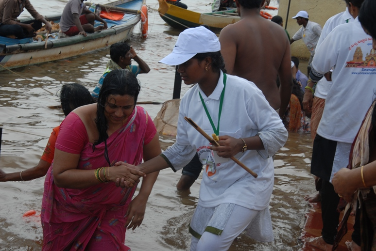 3rd shift volunteers providing assistance at Gowthami ghat