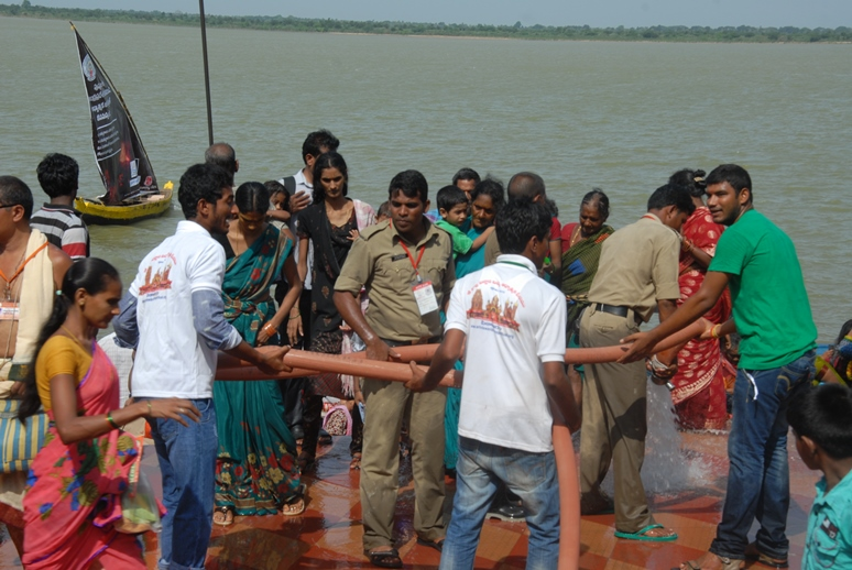 Peetham volunteers providing assistance at Gowthami ghat 2nd block