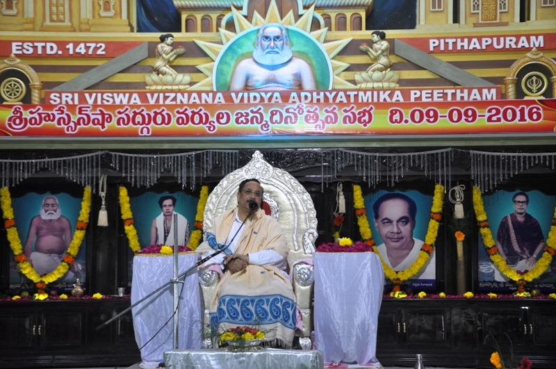 Satguru Dr.Umar Alisha delivering his spiritual discourse