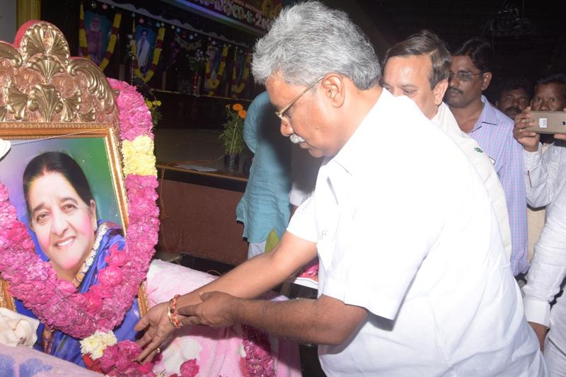 Mr. Paidikondala Manikyala Rao, Endowment Minister is showing tribute to our beloved Mathrumurthi Sri. Jehara Begum.