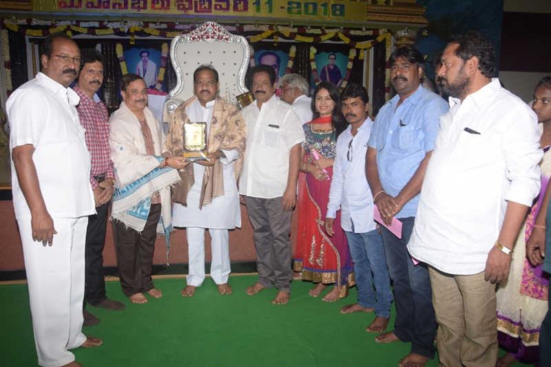 Presenting Memeto to Shri. Thota Narashimham garu by Sadhguru