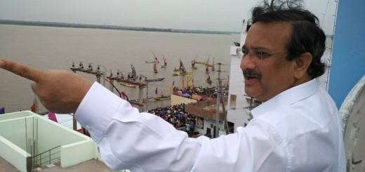 Dr-Umar-Alisha-viewing-Gowthami-Ghat-from-Rajahmundry-Ashram-premises