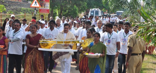 Sathguru-Dr.Umar-Alisha-walking-from-Gowthami-ghat-to-VIP-ghat-Saraswathi-ghat-Rajahmundry-on-25th-day-of-Godavari-Pushkaralu-for-special-prayer