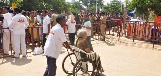 Peetham-volunteers-helping-elderly-people-at-Gowthami-ghat