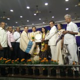 Dr.Kumar-Rao-receiving-the-Sri-Hussain-Sha-Kavi-Puraskaaram-from-Sathguru-Dr.Umar-Alisha