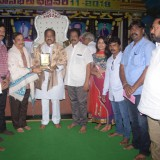 Presenting-Memeto-to-Shri.-Thota-Narashimham-garu-by-Sadhguru